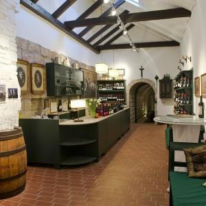 A borászat kóstolóhelyisége / Tasting Room in the Winery